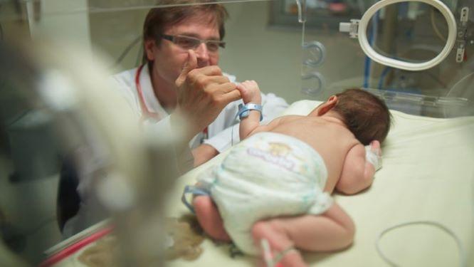 Доктор и новорожденный в клинике Медипол