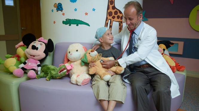 Доктор с ребенком в клинике Медипол
